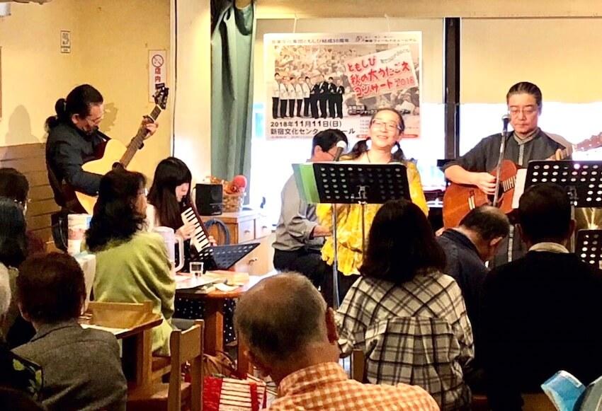 歌声喫茶ともしびで楽しそうに演奏する人たち